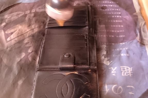 3b7999182d44 牛や蛇など、革によってその特徴も異なりますよね。RAFIXではこのような革製品の外側に関する修理だけでなく、内側の合皮部分も修理可能です。財布の場合、壊れやすい  ...